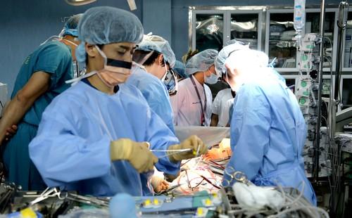 Các bác sĩ Bệnh viện Việt Đức trong ca ghép phổi cho bệnh nhi 7 tuổi. Ảnh: BVCC.