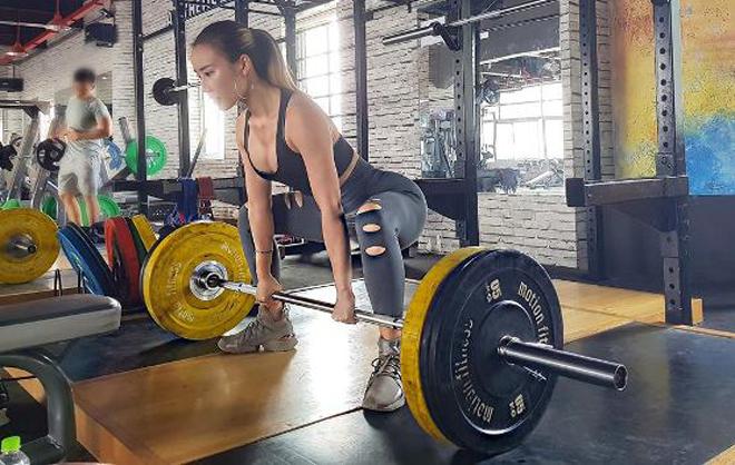 Thùy Linhkiên trì tập gym. Ảnh: C.K