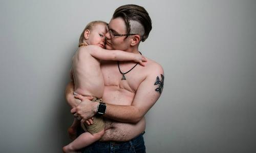 Sabastion bên con trai Jaxen. Ảnh: CNN.