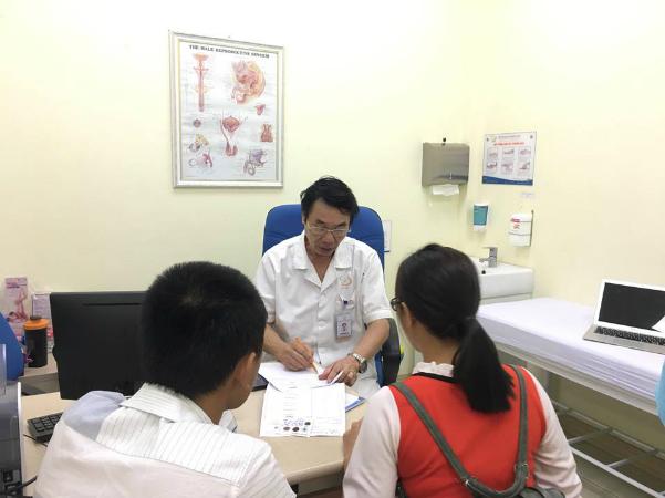 Bác sĩ Lợi tư vấn cho bệnh nhân. Ảnh: Lê Nga.