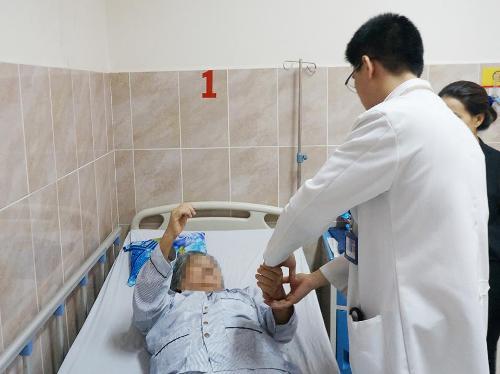 Bệnh nhân được bác sĩ thăm khám tập vật lý trị liệu sau mổ. Ảnh do bệnh viện cung cấp.
