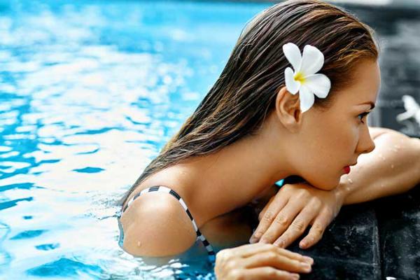 Cần biết cách chăm sóc da và tóc khỏi những tác nhân gây hại như ánh mặt trời, chất khử clo trong bể bơi. Ảnh: SC