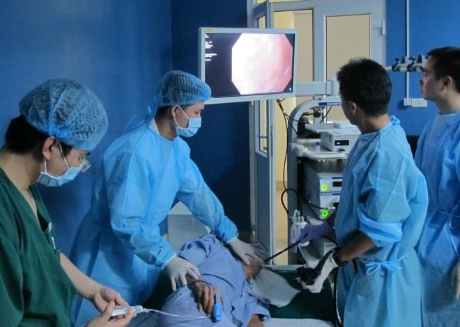 Các bác sĩ nội soi cắt hớt niêm mạc dạ dày cho một bệnh nhân ung thư dạ dày giai đoạn sớm. Ảnh: N.Phương.