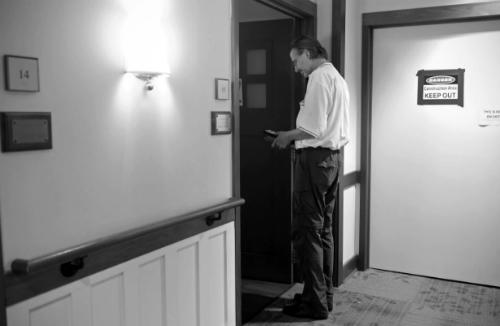 Craig đứng trước phòng bệnh, chuẩn bị bắt đầu công việc an ủi người hấp hối. Ảnh: WP.