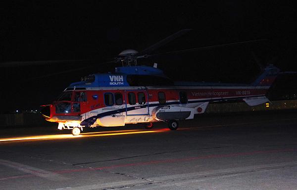 Chiếc trực thăng đưa bệnh nhân hạ cánh xuống sân bay Tân Sơn Nhất. Ảnh: L.P