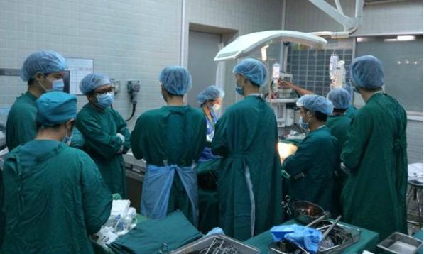 Phút mặc niệm người hiến thận của các y bác sĩ Bệnh viện Chợ Rẫy. Ảnh bệnh viện cung cấp.