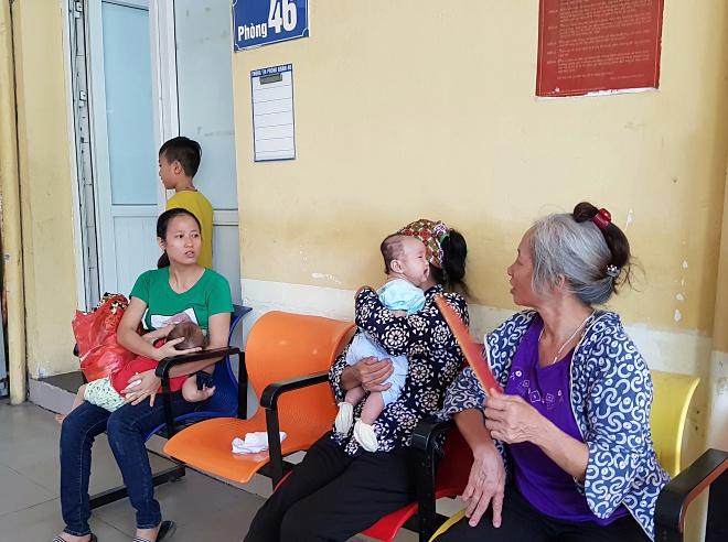 Trong những ngày nắng gắt, Bệnh viện Nhi Trung ương tiếp nhận 2.500-3.200 trẻ đến khám. Ảnh: T.H.