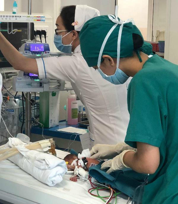Bé gái nặng 600 gram, chỉ bằng khoảng bàn tay bác sĩ. Ảnh bệnh viện cung cấp.