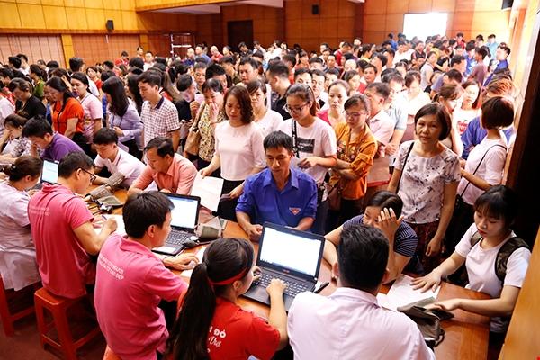 Hàng trăm người dân tập trung tại UBND TP Lạng Sơn đăng ký hiến máu ngày 4/7. Ảnh: Công Thắng.