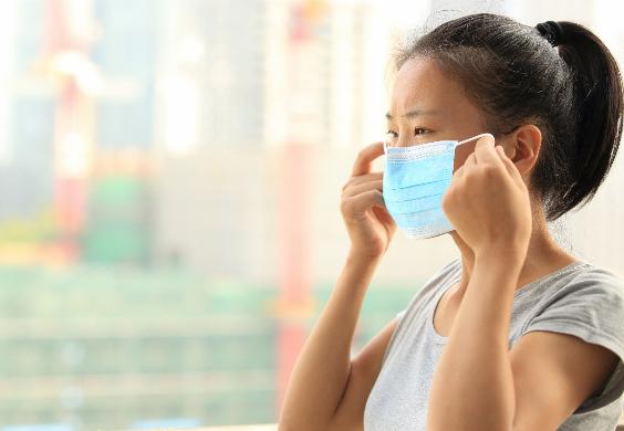 Đeo khẩu trang khi ra đường giúp hạn chế khói bụi gây các bệnh đường hô hấp. Xin nguồn ảnh.