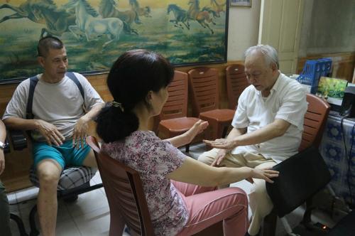 Bác sĩ Nguyễn Văn Chương tận tình chữa cho bệnh nhân.