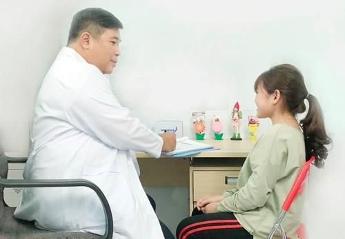TS.BS Trần Quang Khánh, Trưởng khoa Nội tiết bệnh viện Nguyễn Tri Phương đang thăm khám cho 1 trường hợp chậm tăng trưởng chiều cao.