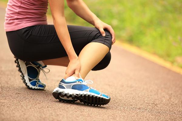 Bạn dễ gặp những chấn thương như trật mắt cá chân, căng cơ, trẹo chân, ngã... khi mang một đôi giày chạy không phù hợp. Ảnh:BR