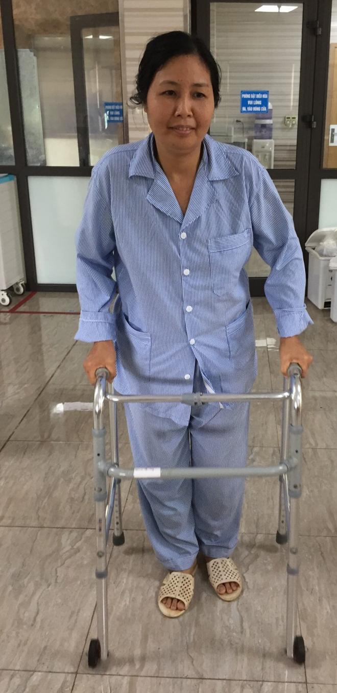 Bệnh nhân hồi phục nhờđiều trị bằng phương pháp điện châm. Ảnh: L.Q.