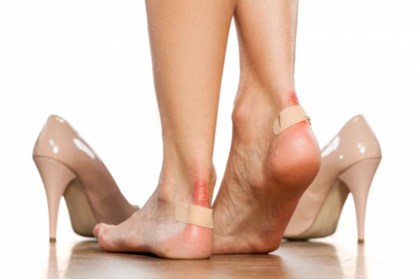 Mang giày cao gót thường xuyên có thể gây ra nhiều bệnh lý ở gân cổ bàn chân, bao khớp và thoái hóa khớp. Ảnh: FF