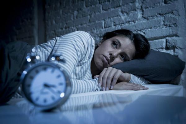 Thiếu ngủ khiến sức khỏe bị ảnh hưởng và không thể tập trung làm việc vào ngày hôm sau. Ảnh: CD