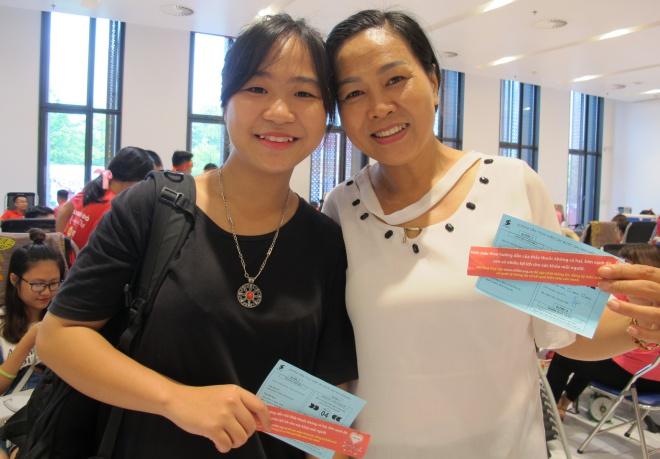 Cô Dung và con gái cùng đi hiến máu sáng 24/7. Ảnh: N.P.