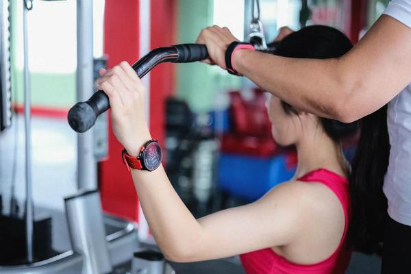 Đồng hồ đeo tay sẽ tự động đếm số lần nâng đẩy tạ và số lần tập của động tác để xác nhận kiểu luyện tập. Ảnh: TZ