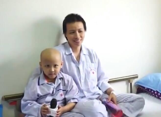 Hai mẹ con chị Hà tại bệnh viện.