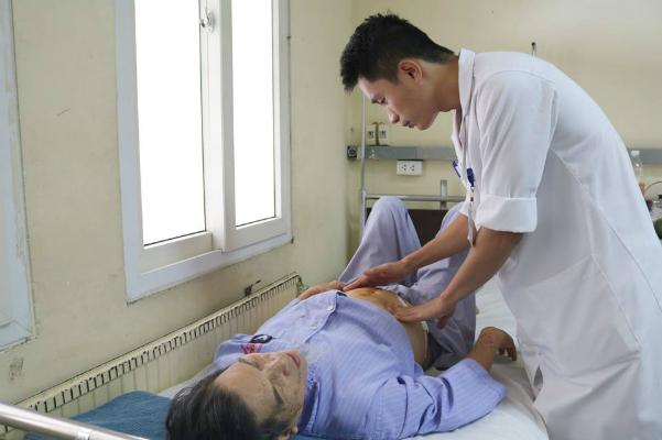 Bác sĩ đang thăm khám cho bệnh nhân. Ảnh: L.N.