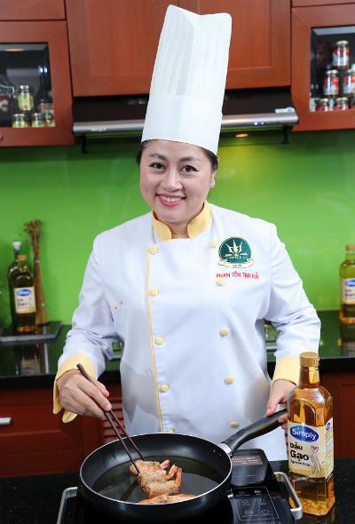 Đầu bếp Tịnh Hải thường dùng dầu gạo để giúp món chiên vàng ruộm bên ngoài, mềm, mọng bên trong.