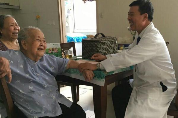Bác sĩ Hà chăm sóc sức khỏe cho thành viên một gia đình tại chung cư quận 2, TP HCM. Ảnh: T.P