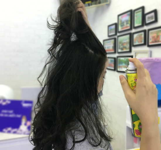 Bạn nên xịtbao phủ hết phần chân tóc để thấm đầy đủ các chất trong dầu gội. Ảnh: Cẩm Anh