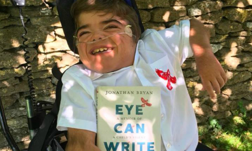 Jonathan dù bại não vẫn hoàn thành cuốn sách riêng của mình. Ảnh: CNN.