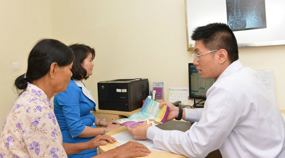 Bác sĩ đang tư vấn cho người bệnh bị thoái hóa khớp. Ảnh: N.P