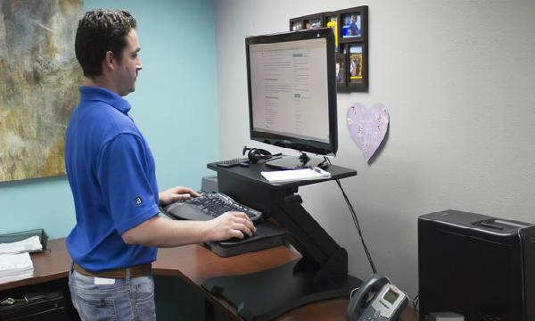 Người dùng có thể sử dụng bàn hai tầng để điều chỉnh độ cao khi đổi tư thế đứng làm việc. Ảnh: BD