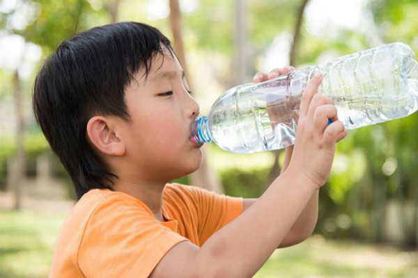 Cơ thể trẻ không thể thiếu nước lọc như nước đun sôi để nguội, nước tinh khiết. Ảnh: Health