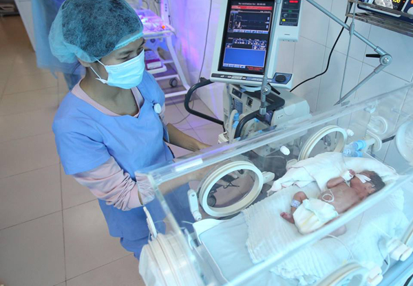 Trẻ sinh non được chăm sóc tại Bệnh viện Sản Nhi Bắc Ninh, nơi từng có 4 trẻ tử vong liên quan nhiễm khuẩn bệnh viện vào năm 2017. Ảnh: Ngọc Thành.