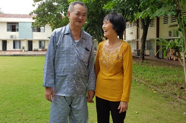 Bên cạnh điều trị của bác sĩ, hỗ trợ của yoga, chính tình yêu và sự chăm sóc từ người vợ đã giúp ông Nhân chiến thắng bệnh tai biến. Ảnh: Lê Phương.