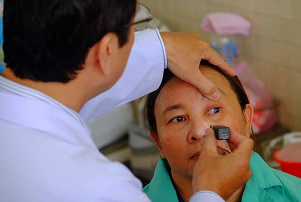 Bệnh nhân 46 tuổi hồi phục thị lực sau ca mổ ghép. Ảnh: Lê Phương.