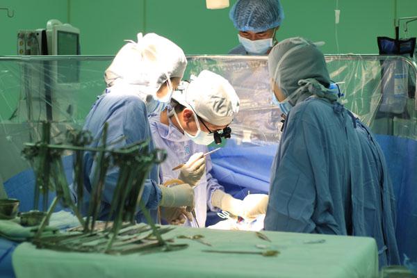 Các bác sĩ đang phẫu thuật nội soi tim cho bệnh nhân. Ảnh: N.P