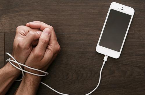 Chứng ADHD khi lạm dụng điện thoại sẽ ảnh hưởng tới 2 năm sau đó. Ảnh:Mamaschrijft.nl