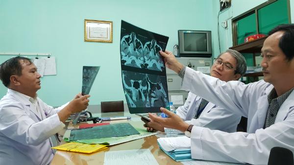 Nội soi và cắt lớp vi tính xác định bệnh nhân mắc u sợi mạch vòm họng hiếm gặp. Ảnh: Lê Phương.