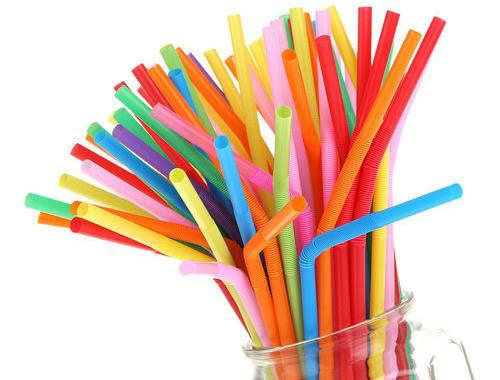 Ống nhựa làm từ phẩm màu bị cấm, khả năng cao gây ung thư. Ảnh: L.H