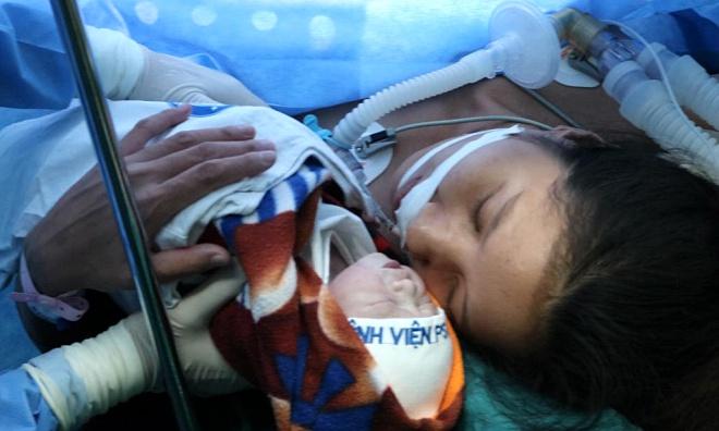 Bé gái chào đời nặng 2,8 kg; khỏe mạnh. Ảnh: Bệnh viện cung cấp.