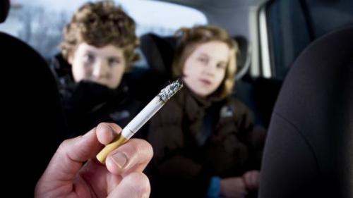 Tiếp xúc với khói thuốc khiến trẻ em đối mặt với hàng loạt nguy cơ sức khỏe, thậm chí tăng nguy cơ tử vong lúc trưởng thành. Ảnh: BBC.