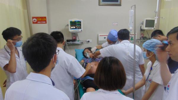 Hàng chục bác sĩ, y tá tập trung cứu mẹ con sản phụ. Ảnh: L.Q