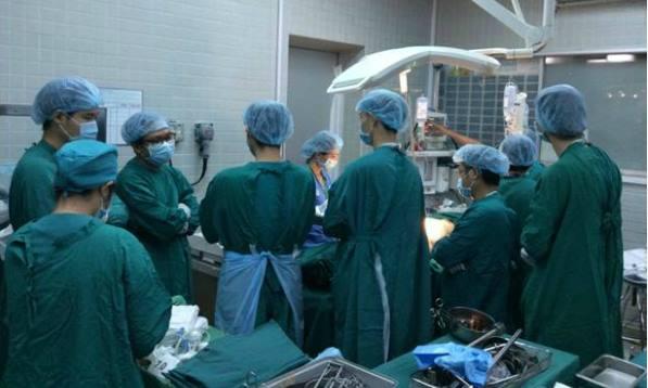 Phút mặc niệm người hiến tạngcủa các y bác sĩ Bệnh viện Chợ Rẫy. Ảnh bệnh viện cung cấp.