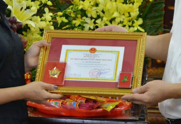Bộ Y tế trao tặng Kỷ niệm chương Vì sức khỏe nhân dân cho gia đình anh Hải.