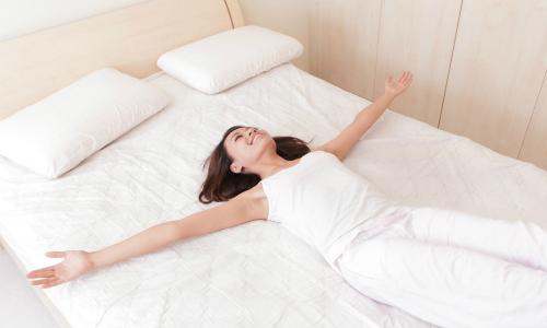 Sau khi thức giấc không nên ngồi dậy ngay mà nên nhắm mắt dưỡng tâm ba phút. Ảnh: Big Think.
