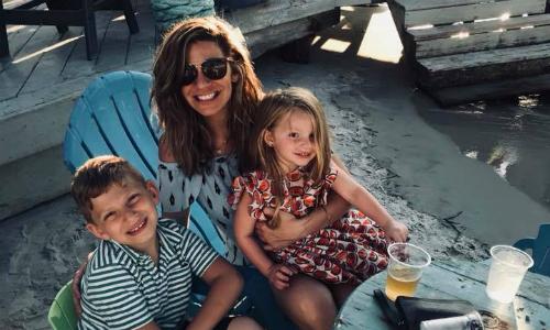 Jennifer bên hai con. Hiện cô là bà mẹ đơn thân. Ảnh: Facebook.