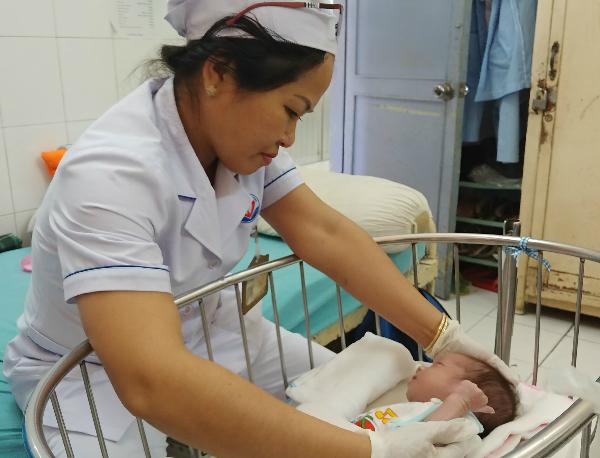 Bé Nâu được các y bác sĩ Bệnh viện Trưng Vương cưu mang trong tháng đầu đời. Ảnh: M.C