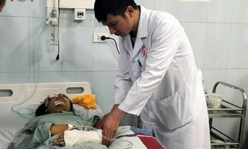 Hai trong 3 nạn nhân vụ tai nạn đang điều trị tại Bệnh viện Đa khoa tỉnh bị thương rất nặng. Ảnh: VOV.