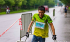chang-trai-chong-nang-chay-10-km-giai-marathon