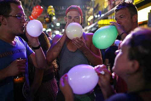 Bóng cười thường được giới trẻ sử dụng trong các quán bar, cafe vỉa hè. Ảnh: Cardiffstudent Media