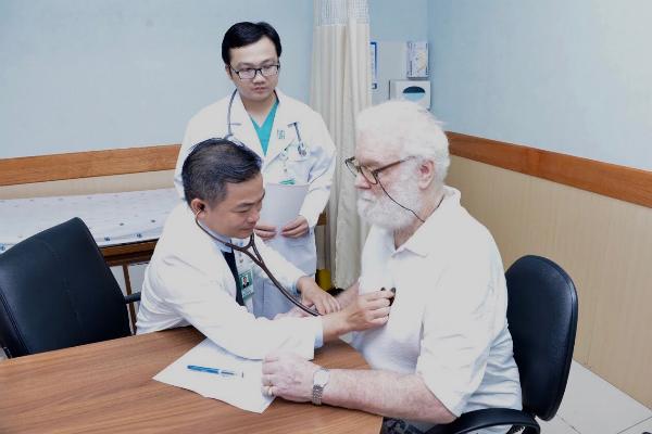 Bác sĩ đang khám cho bệnh nhân người Australia. Ảnh: N.P